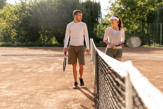 couple-vue-face-court-tennis_23-2148250916